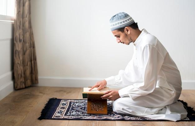コーランを勉強しているイスラム教徒の男性
