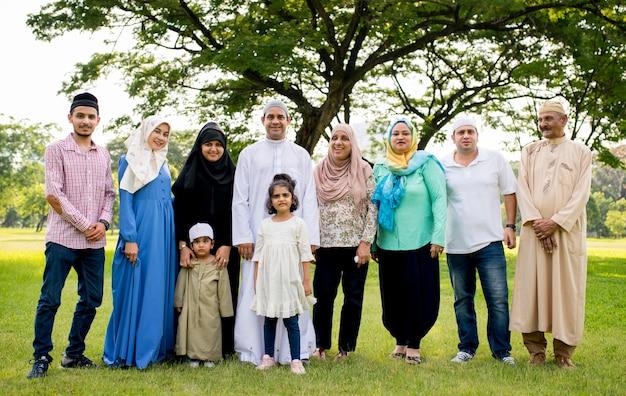 屋外で楽しい時間を過ごしているイスラム教徒の家族