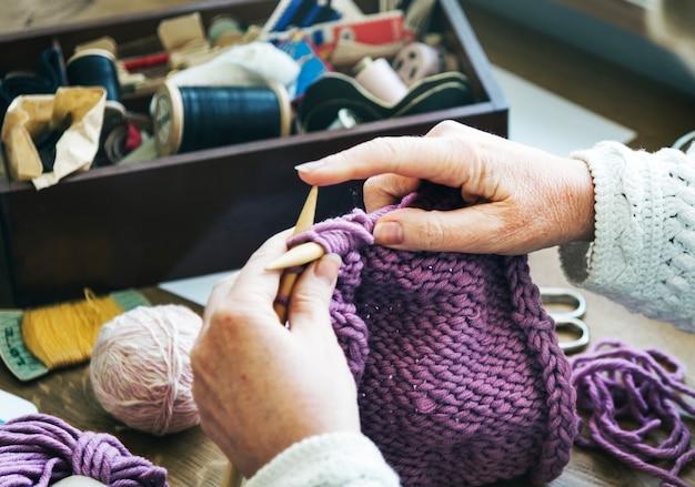 女性おばあちゃんかぎ針編み手作りコンセプト