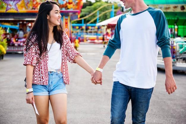 カップルデート遊園地遊園地お祭り遊び心のある幸福の概念