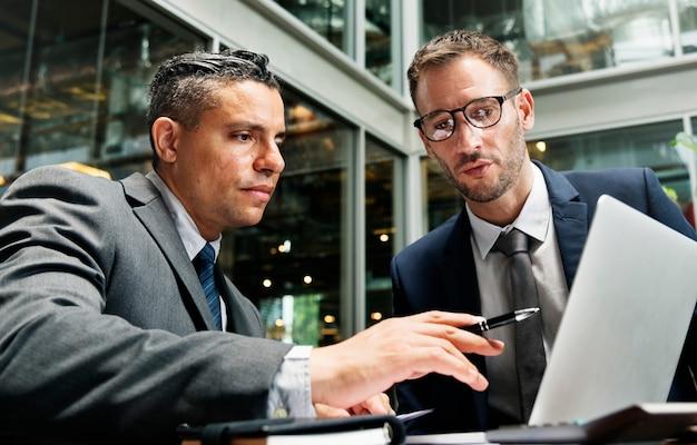ビジネスマン会議ディスカッション接続の概念