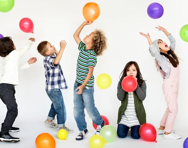 子供幼年期の人々は感情的なスタジオ撮影をレース