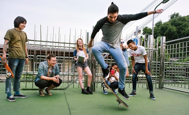 Разнообразная группа людей скейтборд парк концепция