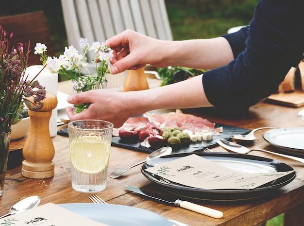 女性準備ディナーテーブル
