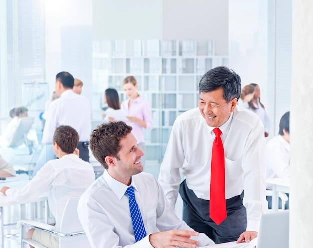 Группа деловых людей встречи
