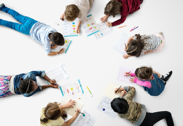 数学の宿題学習に集中している学生