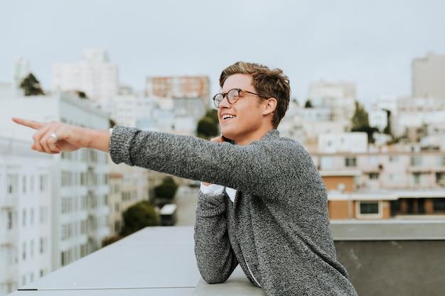 サンフランシスコの屋上から指している男