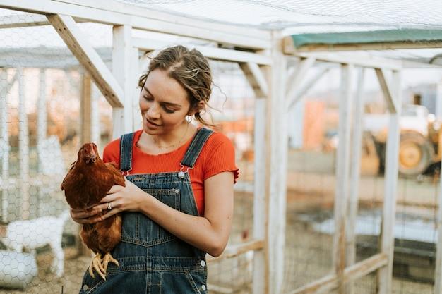 茶色の鶏と幸せな若い女