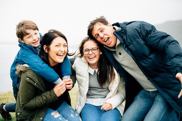幸せなご家族一緒に時間を過ごす