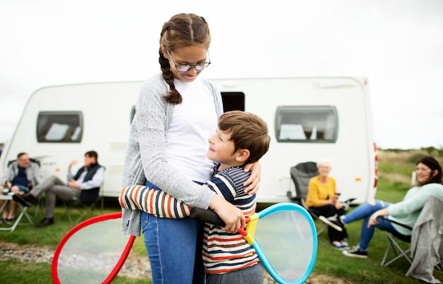 テニスの試合の後に抱きしめる兄と妹
