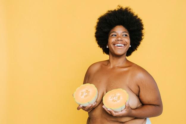 メロンと曲線のアフリカ系アメリカ人女性