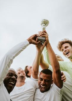 彼らの勝利を祝うサッカーチーム