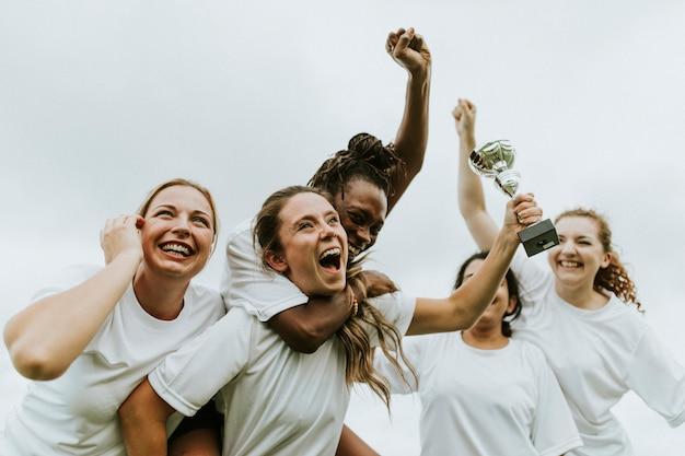 女子サッカー選手の勝利を祝う