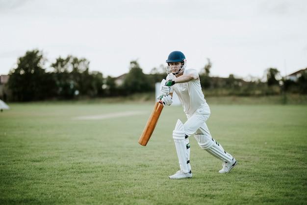 Игрок в крикет на поле в действии