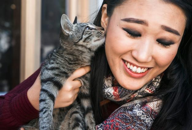 幸せな女彼女の猫と過ごす時間