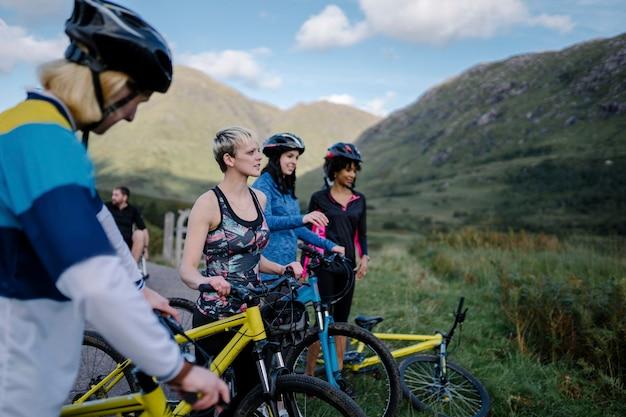 眺めを楽しむサイクリストのグループ