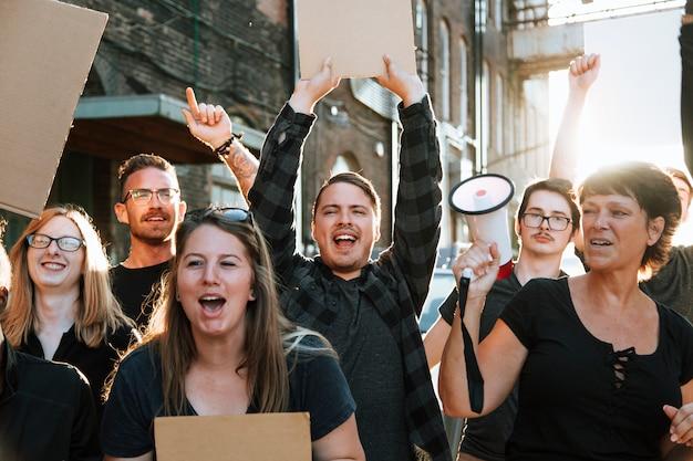 街を行進しているうれしそうな抗議者