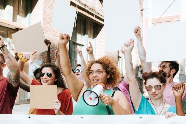 カラフルな抗議者が街を行進しています