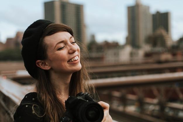 アメリカのブルックリン橋で写真を撮る写真家