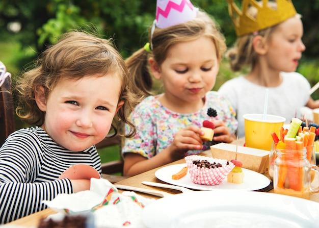 庭でパーティーを楽しむ子供たち