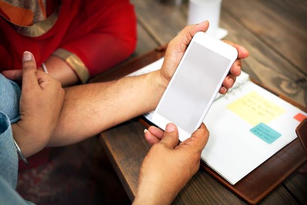 スマートフォンと年配のインド人カップル