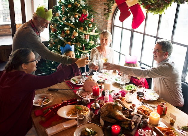 クリスマス休暇のために多様な人々のグループが集まっています