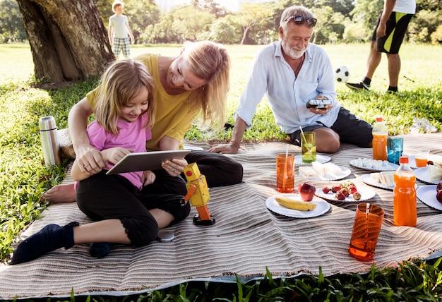 家族のピクニックアウトドア一体リラクゼーションコンセプト