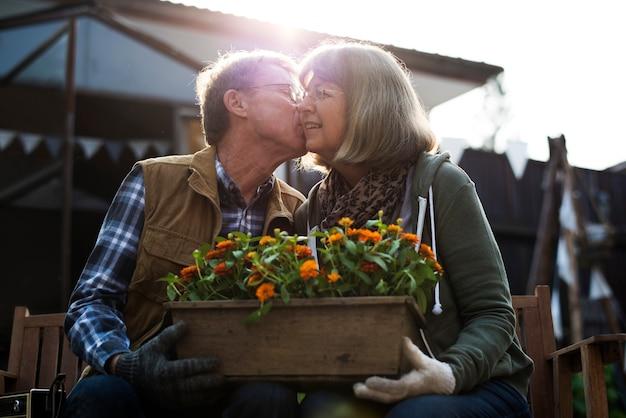 シニア農家カップルの恋愛キス