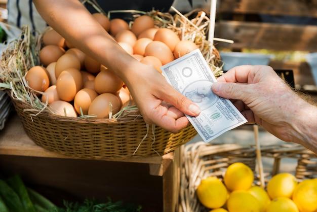 農家の市場でオーガニックの新鮮な農産物を販売する八百屋