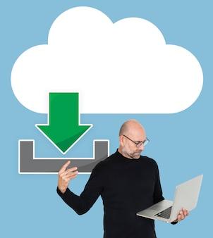 Мужчина держит ноутбук и значок облачного компьютера