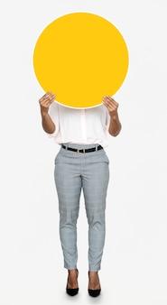 Женщина держит круглую желтую доску