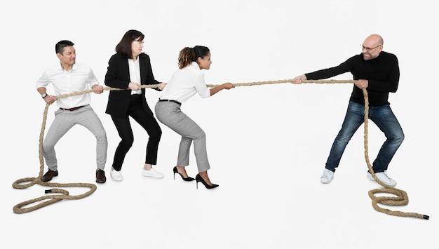 ロープを引っ張って多様なビジネス人々