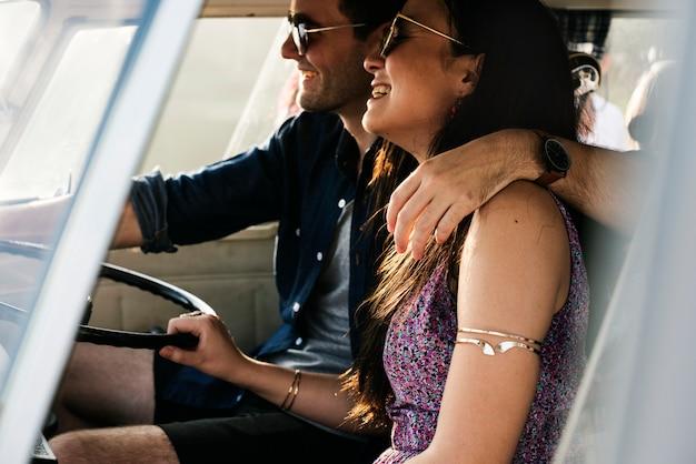 一緒に遠征で旅行車を運転するカップル