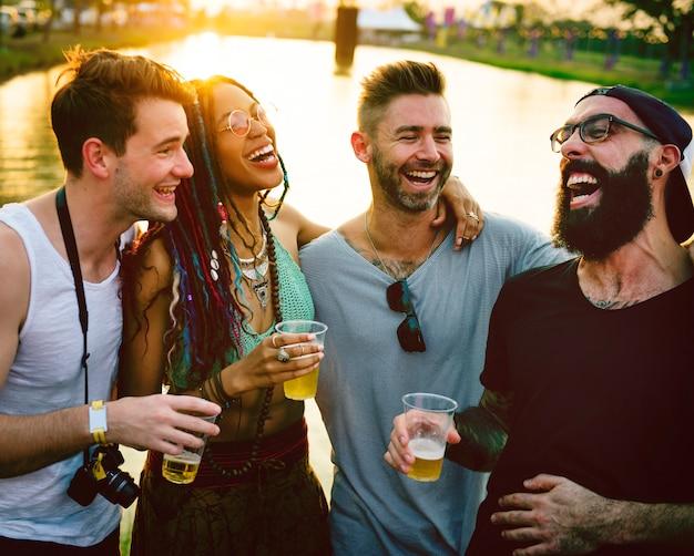 Группа друзей веселые события празднуют вместе