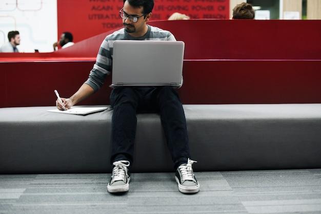コンピューターのラップトップを使用している人々