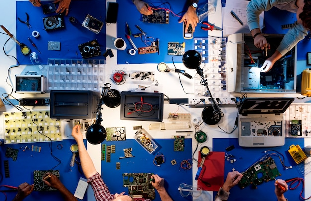 コンピューター部品に取り組んでいる電子技術者チームの航空写真