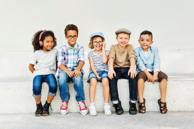 子供たち楽しい子供たちの遊び心のある幸福レトロ一体コンセプト