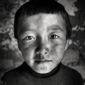 モンゴルの少年の肖像画少年のコンセプト