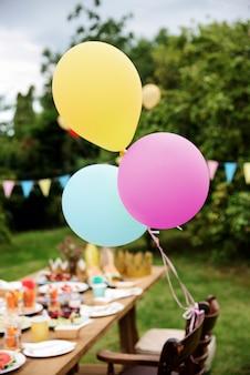テーブルセッティング食品のお祝いパーティーのコンセプト