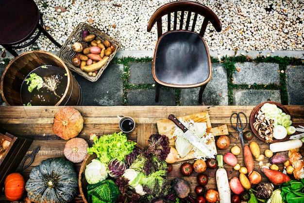 空撮、台所の木製のテーブルに新鮮な野菜を調理する準備をします。