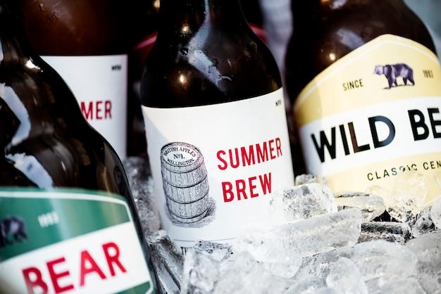 氷で冷やしているビールのクローズアップ