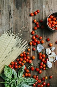 新鮮な有機野菜やまな板の上の食材