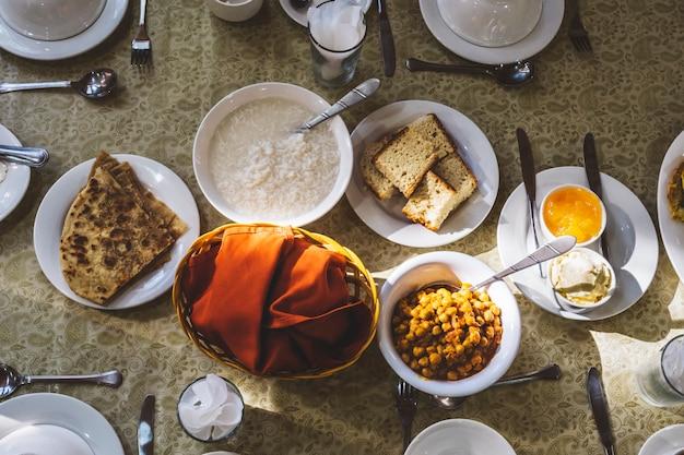 伝統的なパキスタンの朝食はテーブルの上に設定