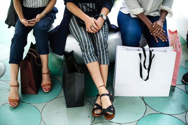 買い物袋を持つ女性の友達