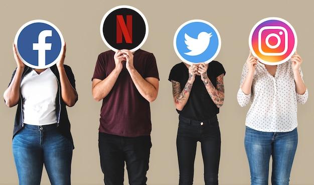 Люди держат значки цифровых брендов