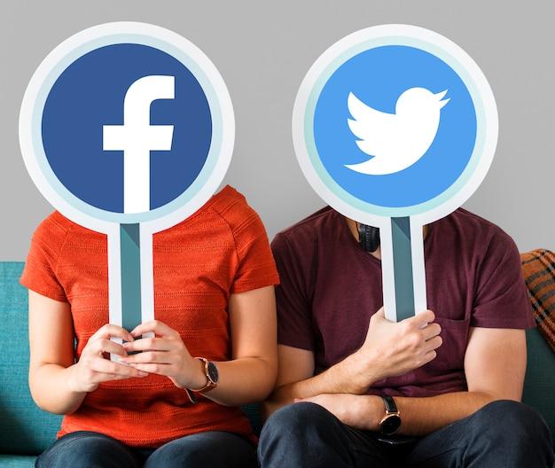 ソーシャルメディアのアイコンを保持しているカップル