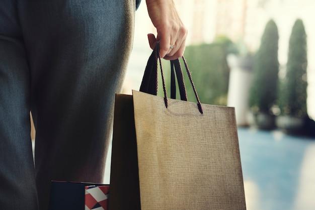 女性の女性向けショッピングリラックスのコンセプト