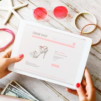 Женщина наслаждается онлайн покупками