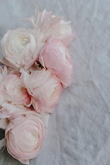 ラナンキュラスの花の花束のクローズアップ