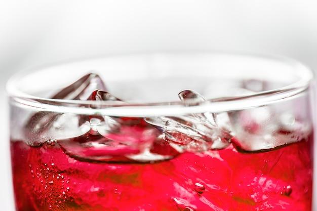 Красный газированный напиток макросъемки